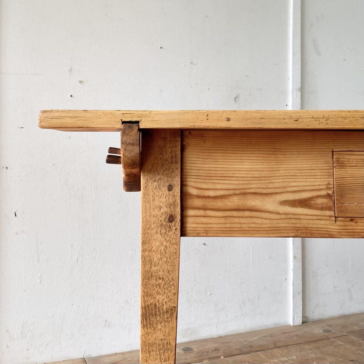 Tannenholz Biedermeier Schreibtisch mit Schublade. 120x70cm Höhe 79.5cm. Konische Tischbeine aus Buchenholz, das Tischblatt mit Gratleisten wird mittels Holzzapfen mit dem Unterbau verbunden.