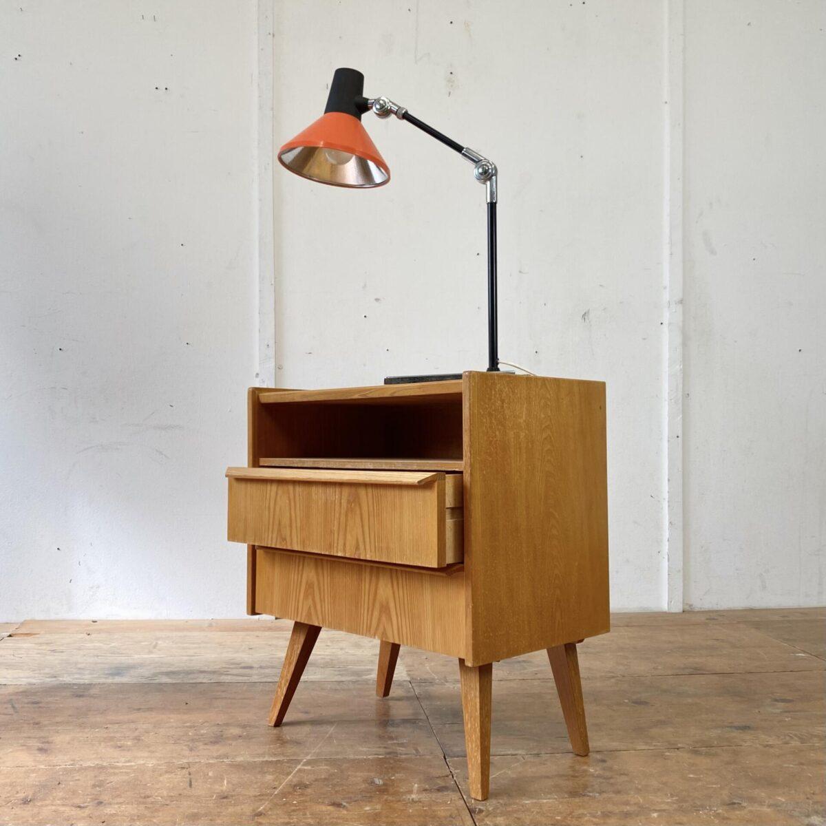 Swisslamp Derungs Toplux. Kleine Kommode oder Nachttisch mit zwei Schubladen. 55x35cm Höhe 62cm. Korpus Furniert mit Vollholz Kanten, die konischen schrägen Beine und Schubladengriffe sind aus Eschenholz. Die Orange Schreibtischlampe ist ebenfalls verfügbar. Gesamthöhe 75cm (aufgestellt). Verchromter schwerer Standfuss, Lampenschirm und Arm mit verschiedenen Schwenkmöglichkeiten.
