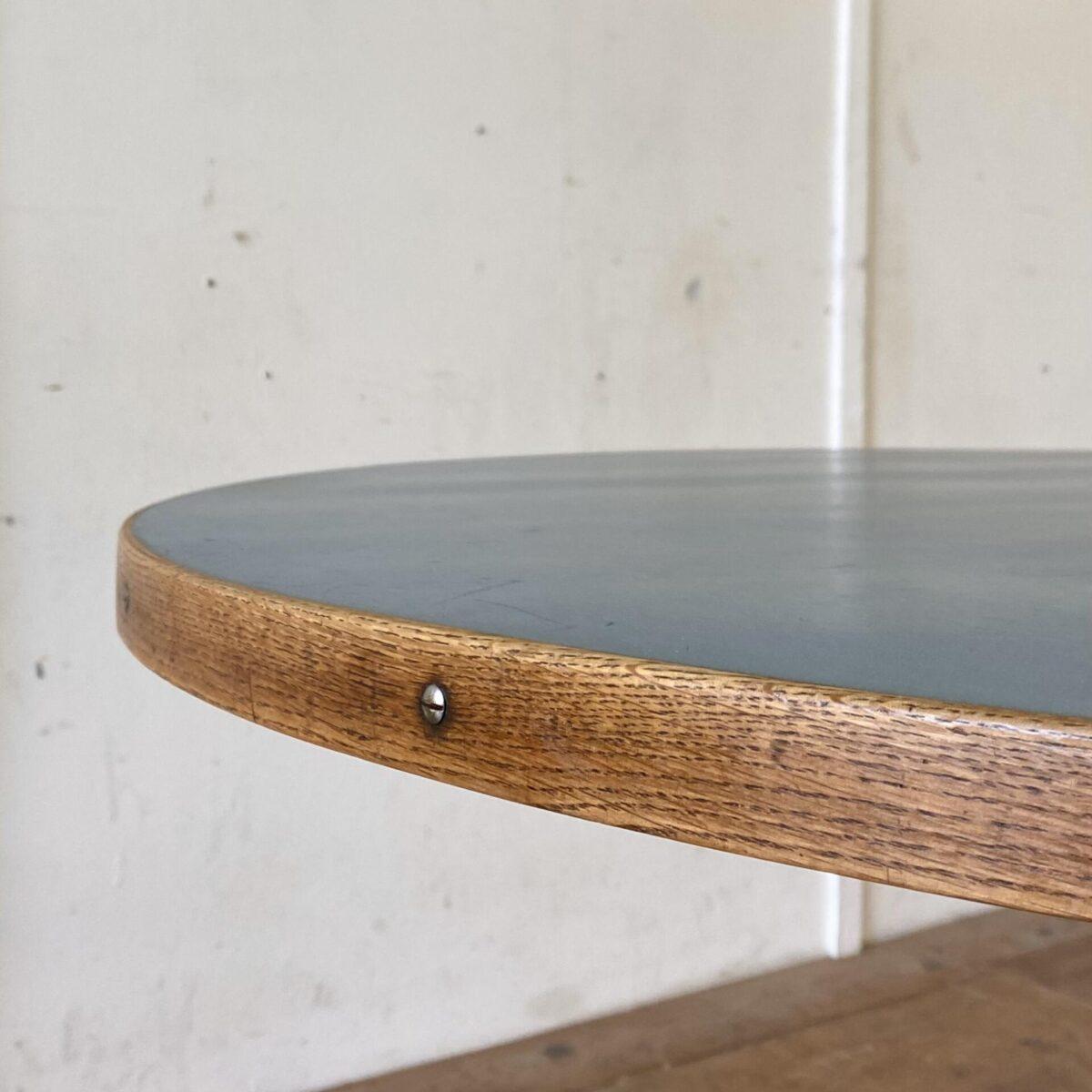 Runder Linoleum Tisch mit Metallfuss. Durchmesser 100cm Höhe 73cm. Der Mittelfuss ist Qualitativ verarbeitet, unten verchromt, die Tischfüsse lassen sich nivellieren. Das bläuliche Linoleum Tischblatt hat diverse Gebrauchsspuren, hicke und Schrammen. Auch die Bretter der grundplatte zeichnen ab, leicht uneben. Ansonsten in stabilem funktionalen Zustand. Die Tischkante ist aus Eiche mit Linsenkopf Schlitzschrauben. Der drehbare Bürostuhl ist ebenfalls verfügbar. Höhenverstellbar von 45-57cm. 170.- Buchenholz mit Patina geschliffen und geölt.