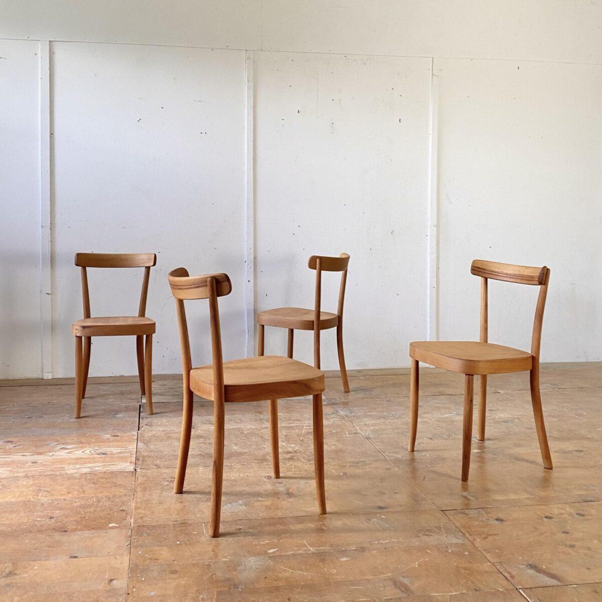 Horgenglarus Stühle von Werner Max Moser aus Ulmenholz. Die Stühle sind restauriert, alle defekten Sitzflächen wurden durch neue ersetzt. Die Holzoberflächen sind geschliffen und mit Naturöl behandelt. Wacklige Vorderbeine frisch eingeleimt. Die Stühle haben eine warme Ausstrahlung mit leichter Alterspatina. Bei zwei Stühlen ist jeweils ein Hinterbein durchgehend verschraubt, und mit einem Holzzapfen verdeckt. Der Preis gilt pro Stuhl.