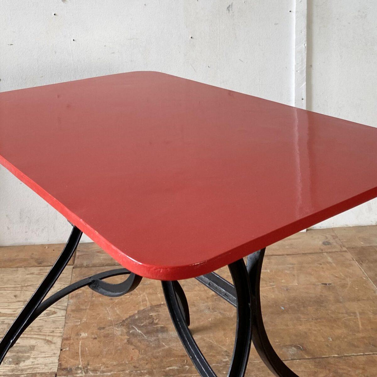 Deuxieme.shop Jugendstil Gartentisch 98x65cm Höhe 75cm. Der Tisch wurde mal restauriert, das Tischblatt ist wesentlich dicker als üblich. Die zwei Gartenstühle, klappbar, sind ebenfalls verfügbar, 55.- pro Stuhl. Das Holz ist in gesundem Zustand, die Farbe etwas am abblättern, gemäss Fotos.
