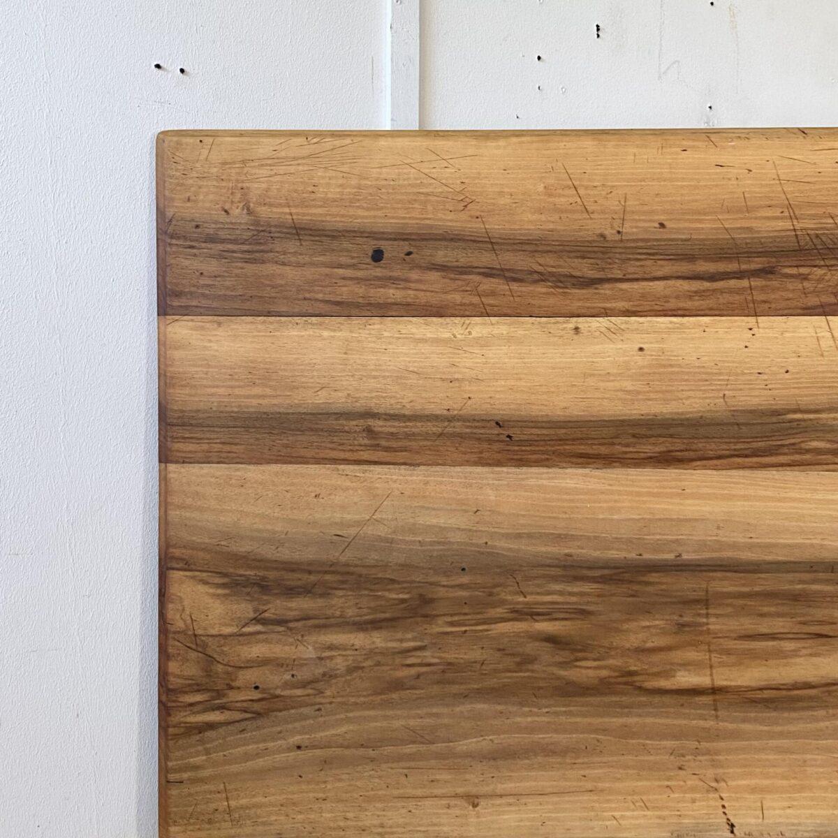 Deuxieme.shop Nussbaum Biedermeiertisch mit gedrechselten Rundbeinen. 170x73.5cm Höhe 75cm. Tischblatt mit Karniskante und diversen Gebrauchsspuren und Patina. Tischbeine Buchenholz, die Zargen sind Nussbaum furniert. Eine längszarge hat ein Furnier flick, gemäss letztem Bild. Ansonsten guter stabiler Allgemein Zustand, die Holzoberflächen sind mit Naturöl behandelt.