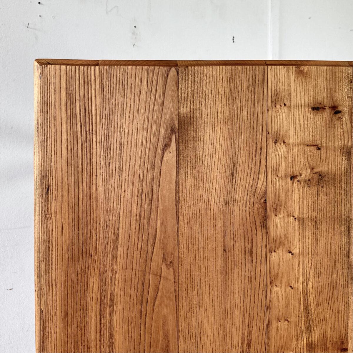 Deuxieme.shop seltener Ulmenholz Tisch mit gedrechselten Beinen. 130.5x64cm Höhe 77.5cm. Tischbeine Buchenholz gebeizt, Zargen aus Nussbaum. Das alte Ulmenholz Tischblatt, mit karnis Kante, ist leicht uneben. Schöne warme Ausstrahlung mit Alterspatina. Die Holzoberflächen sind mit Naturöl behandelt. Es finden bis zu 6 Personen daran Platz.