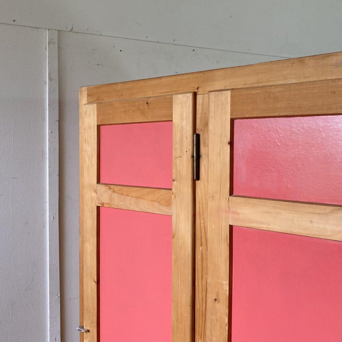 Deuxieme.shop Pavatex Schrank. Thut Kleiderschrank aus Fichtenholz mit Pavatex Füllungen. 157.5x55cm Höhe 180,5cm. Hinter der linken Türe sind Tablare, rechts und in der Mitte ein Tablar mit Kleiderstange. Die Pavatex Füllungen sind Altrosa lackiert. Die Schlüssel sind nicht vorhanden, Türen und Scharniere funktionieren gut. Der Schrank hat diverse Gebrauchsspuren wie Hicke und Schrammen, insgesamt in stabilem vintage Zustand.