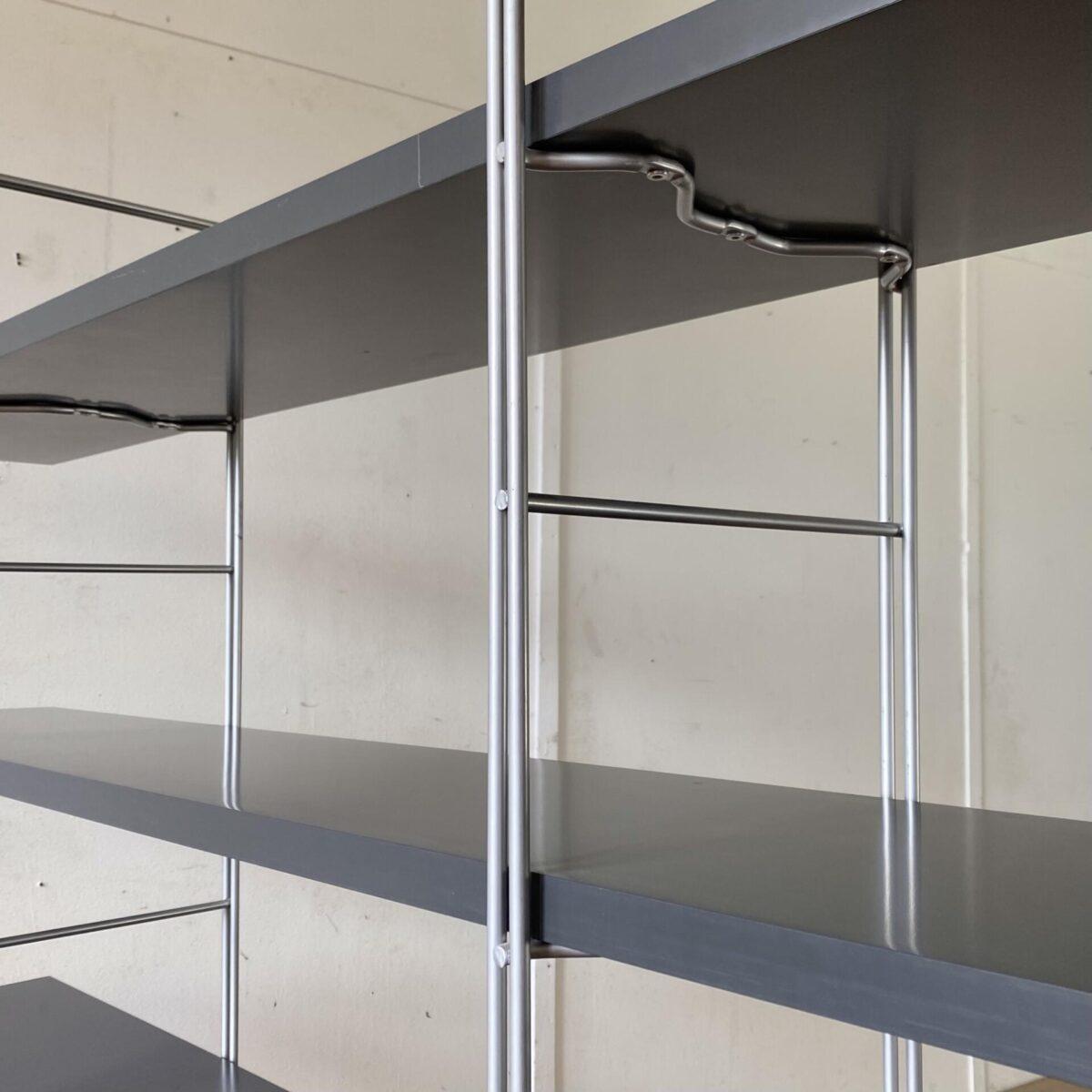 Deuxieme.shop. Vintage Regal von Niels Gammelgard für Ikea, aus den 80er Jahren. 170x33cm Höhe 159cm der oberste Regal Boden ist 140cm ab Boden. Das Bücherregal ist in gutem allgemein Zustand, ein Regal Boden ist an einer Ecke etwas aufgeplatzt. Die Regalstützen sind aus Metall, silbrig lackiert, mit Nivellierfüssen.