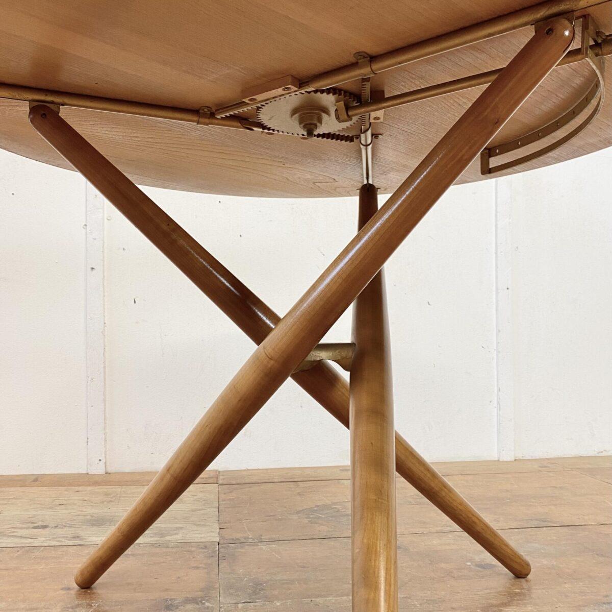 Deuxieme.shop. Horgenglarus. Ess Tee Tisch von Jürg Bally für Wohnhilfe Zürich, aus den 50er Jahren. Durchmesser 103cm höhenverstellbar von 46-70cm. Der Tisch ist in gepflegtem guten Original Zustand. Das Tischblatt ist Nussbaum furniert, minimal abgegriffen mit ein paar matten Stellen. Restauration nach Wunsch und Absprache möglich. Die konischen Rundbeine sind aus Kirschholz.