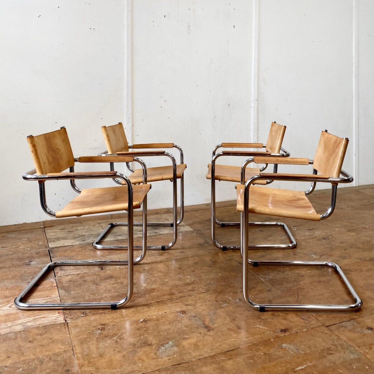 Deuxieme.shop Breuer Freischwinger Mart Stamm. 4er Set Leder Freischwinger. Die Stühle sind in gutem allgemein Zustand. Leder mit Patina, zwei sind auf der Unterseite etwas rissig. Ein Hersteller ist nicht ersichtlich, qualitatives Replika. Der Preis gilt fürs Set.