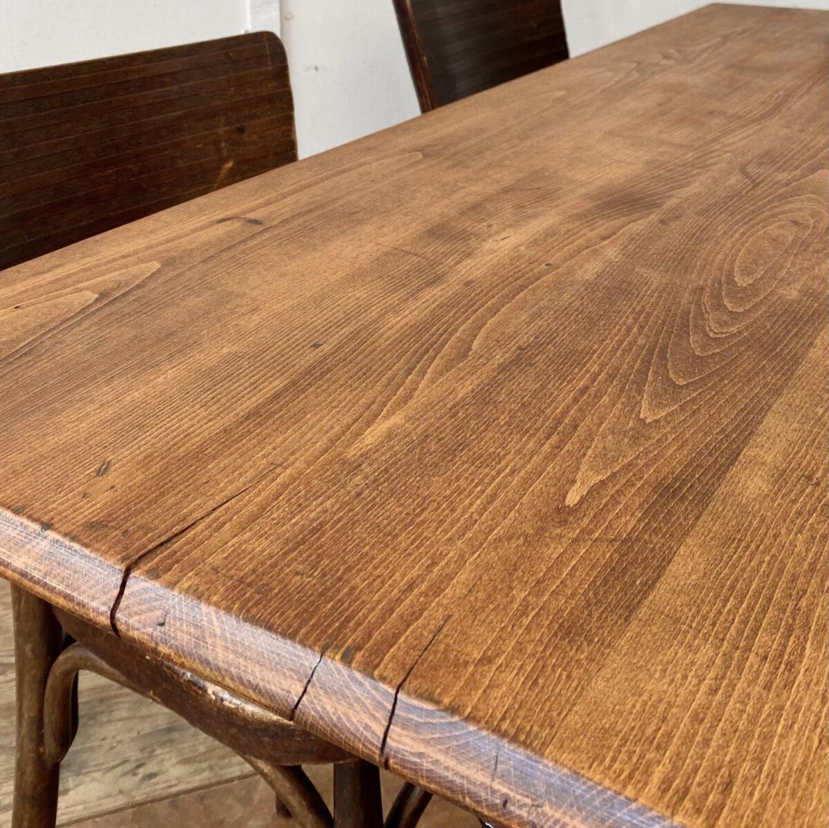 Deuxieme.shop. Zwei Horgenglarus Beizentische mit Profilkante. 150x70cm Höhe 75cm. Preis pro Tisch. Die Tischblätter sind aus Buche Vollholz, diverse Gebrauchsspuren, Risse und Alterspatina. Alles in stabilem Zustand, Holz Oberflächen mit Naturöl behandelt. Die Karniskante ist schon recht rund und abgenutzt. An dem Tisch finden angenehm 6 Personen Platz.