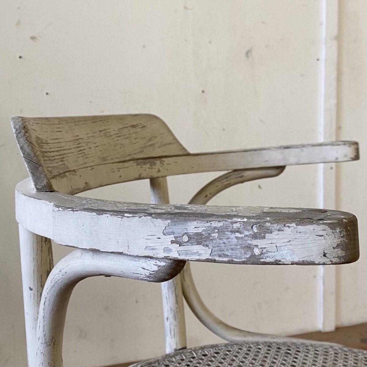 Deuxieme.shop Thonet Armlehnstuhl. Niedriger Wiener Stuhl mit Armlehnen und Rohr-Geflecht. Durchmesser 53cm Sitzhöhe 40.5cm. Der Sessel ist in stabilem leicht überarbeiteten Zustand. Das Wiener Geflecht, welches durch den Holzrahmen geflochten ist, ist intakt. Ein Hersteller ist nicht ersichtlich.