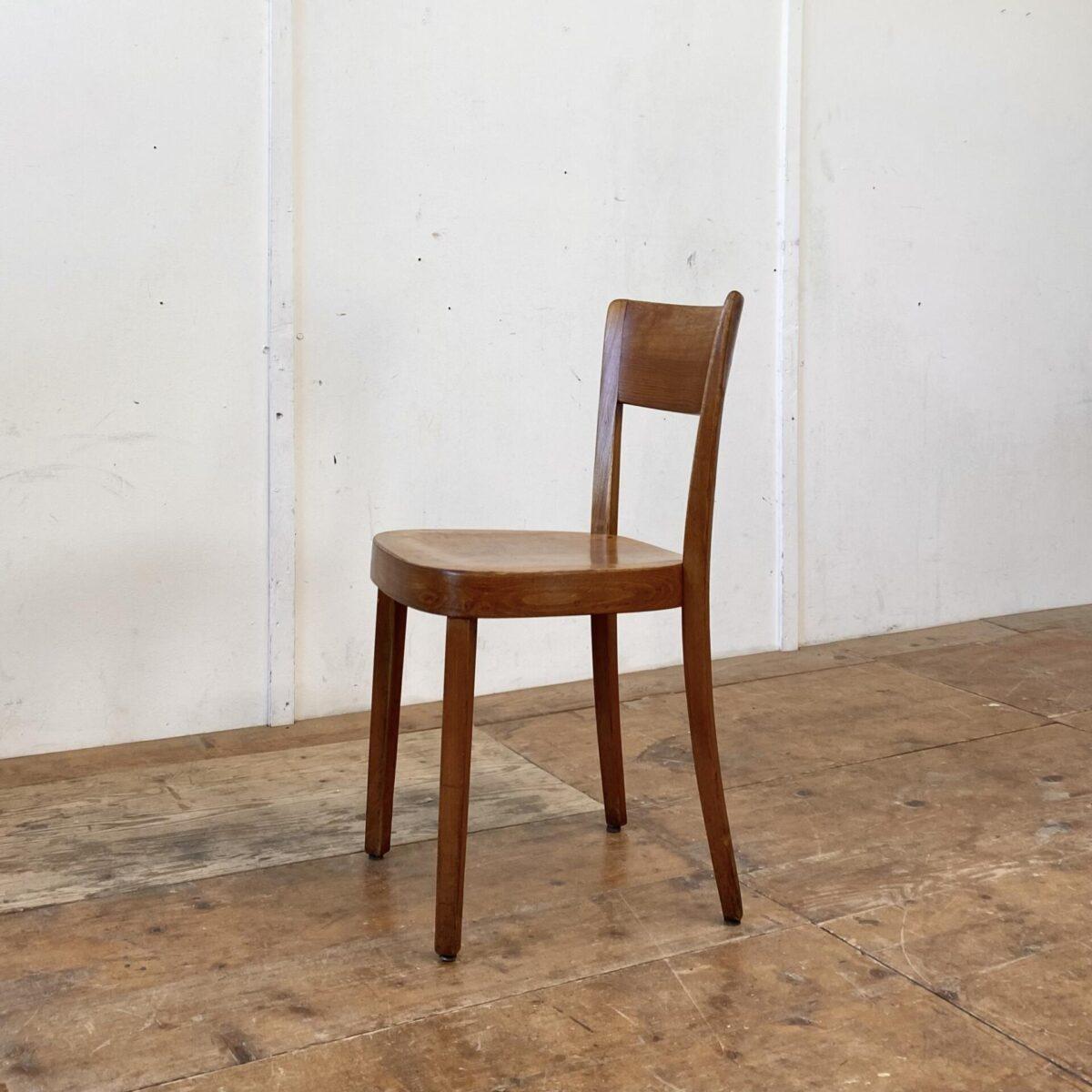 Deuxieme.shop horgenglaruschairs. 5er Set Beizenstühle mit Kastanienbrauner Alterspatina, von Horgenglarus. Die Stühle sind in gutem stabilen Zustand, technische Mängel wie wacklige Vorderbeine sind frisch eingeleimt. Zwei Stühle haben vorne leider eine durchgehende Schraube. Zwei weitere Stühle in ähnlicher Form sind auf den letzten Bildern.