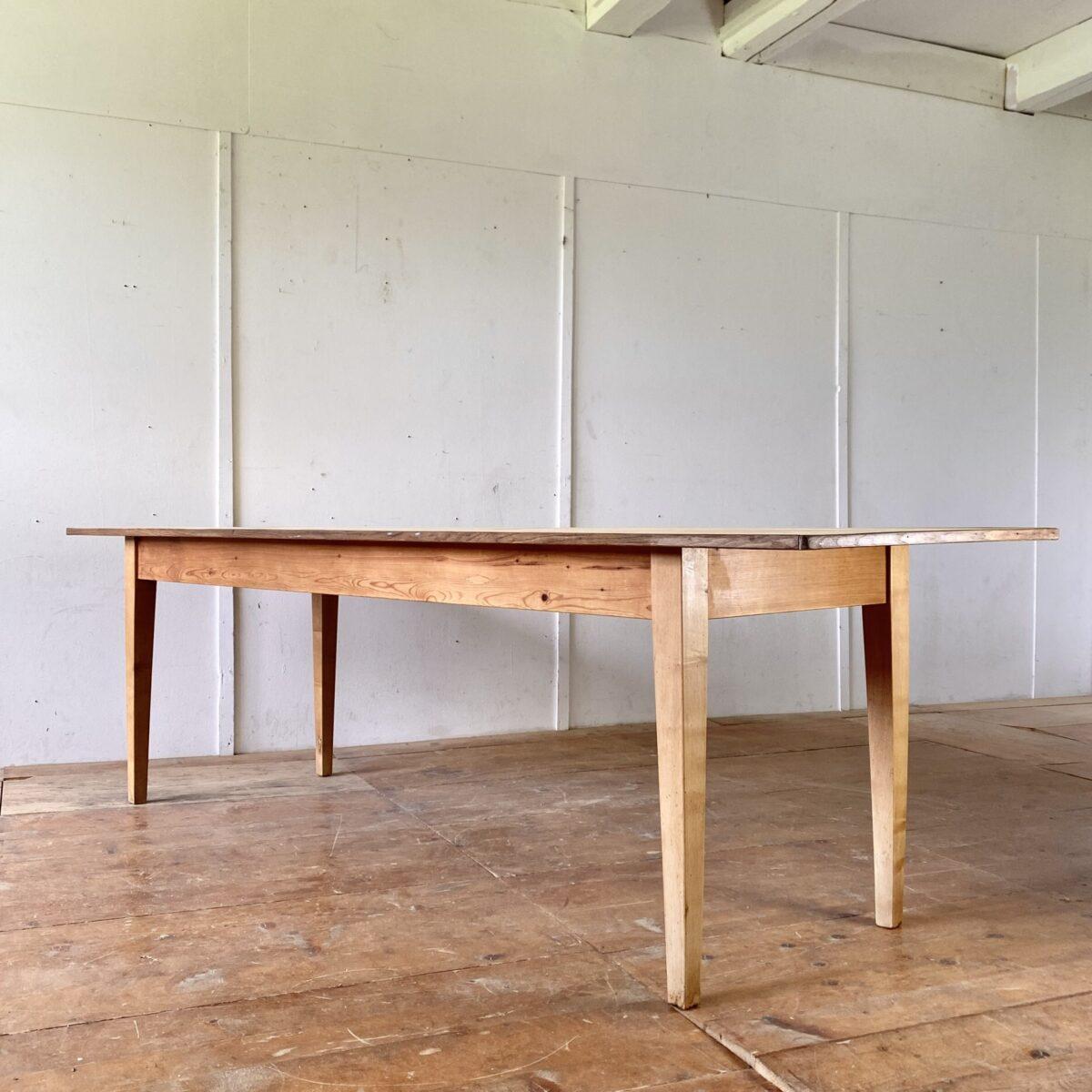 Deuxieme.shop Bidermeier Langer Tannenholztisch. 252x76.5cm Höhe 75cm. Das Tischblatt ist aus Tanne Vollholz, mit feiner Eichenholz Umrandung. Alterspatina, Gebrauchsspuren und Wurmlöcher. Die Tischbeine sind aus Ahorn. Die Holzoberflächen sind mit Naturöl behandelt. Der Tisch bietet Platz für 10 Personen.