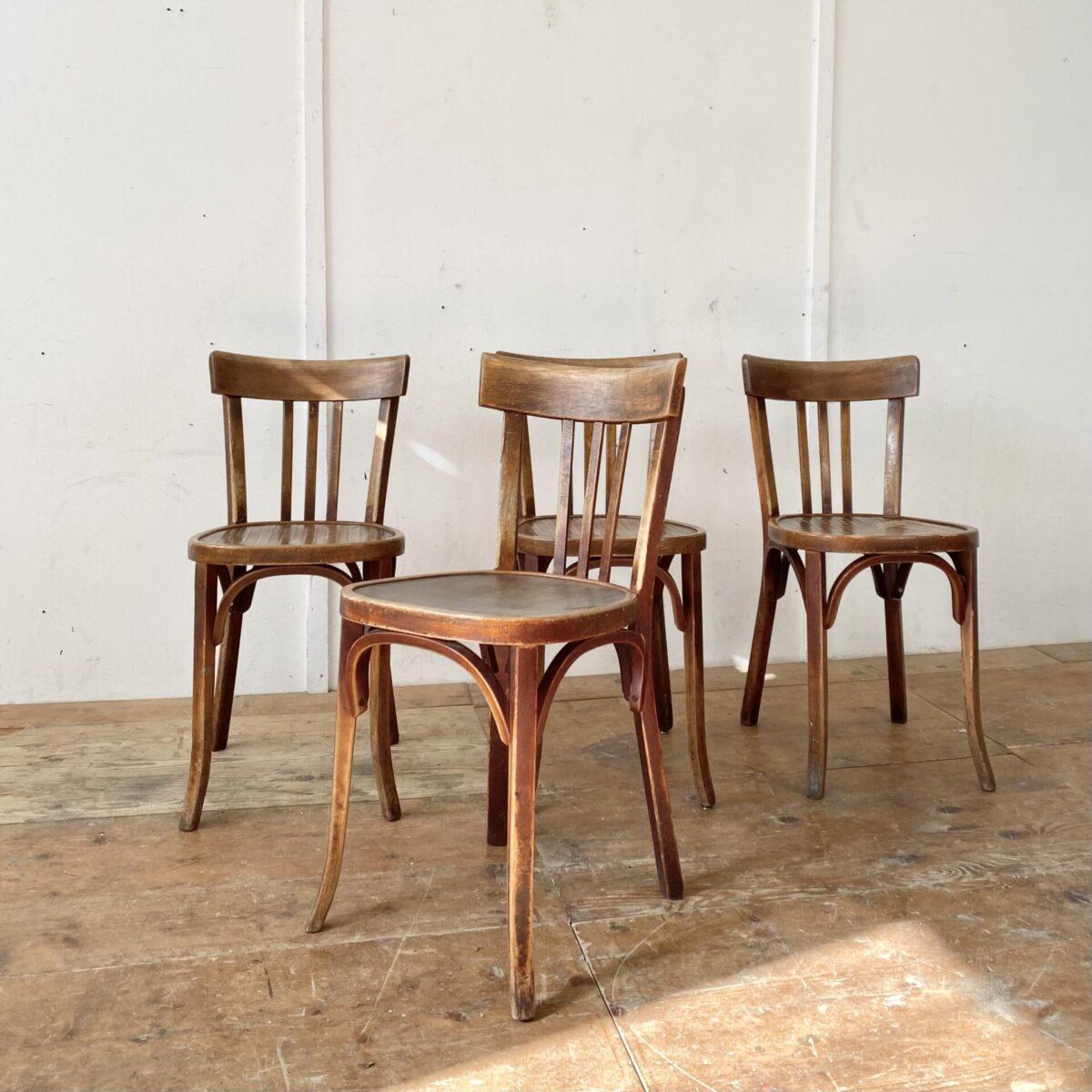 Deuxieme.shop 4er Set Bistrostühle von Emil Baumann. Preis fürs Set. Die Stühle sind Unrestauriert aber in stabilem Zustand. Drei der Sitzflächen haben eine Prägung.