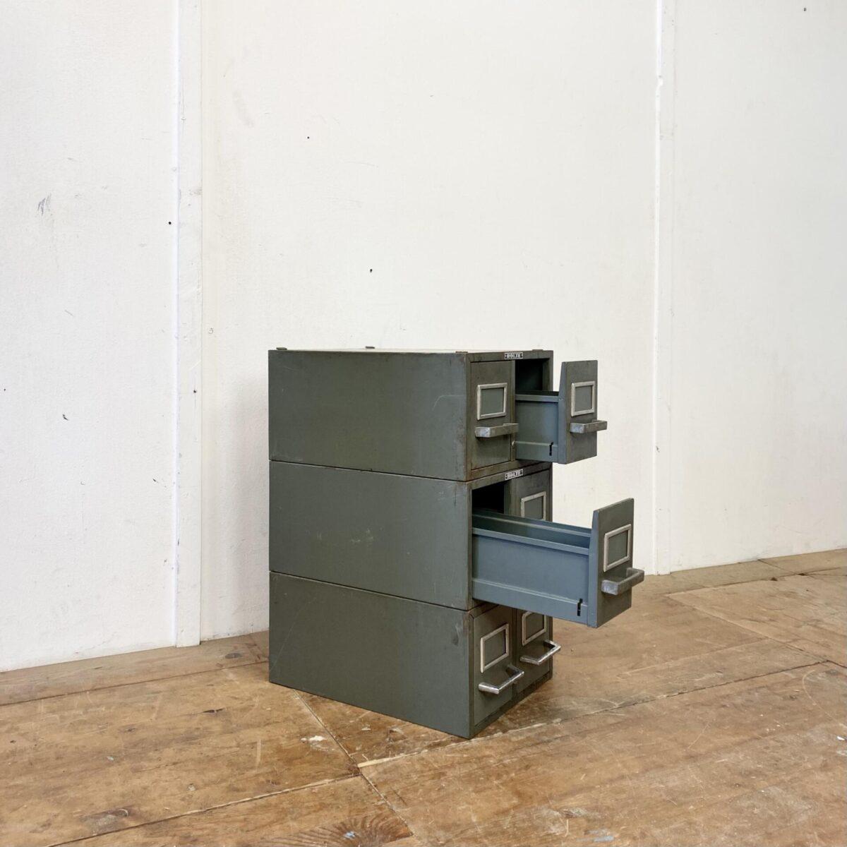 Deuxieme.shop Industrial design Schubladenmöbel. Bolte Industrie Schubladen Elemente aus Metall. 31x43cm Höhe 20.5cm. Die Höhe des Sockel Element ist 40cm. Das stapelbare System hält gut zusammen, hinten wird das abgekantete Blech eingehängt, und vorne verhindern die Scheiben das verrutschen. Die Schubladen, mit Etikettenrahmen, laufen gut. Insgesamt sind 12 Schubladenkorpusse vorhanden. Der Preis gilt für alle zusamm