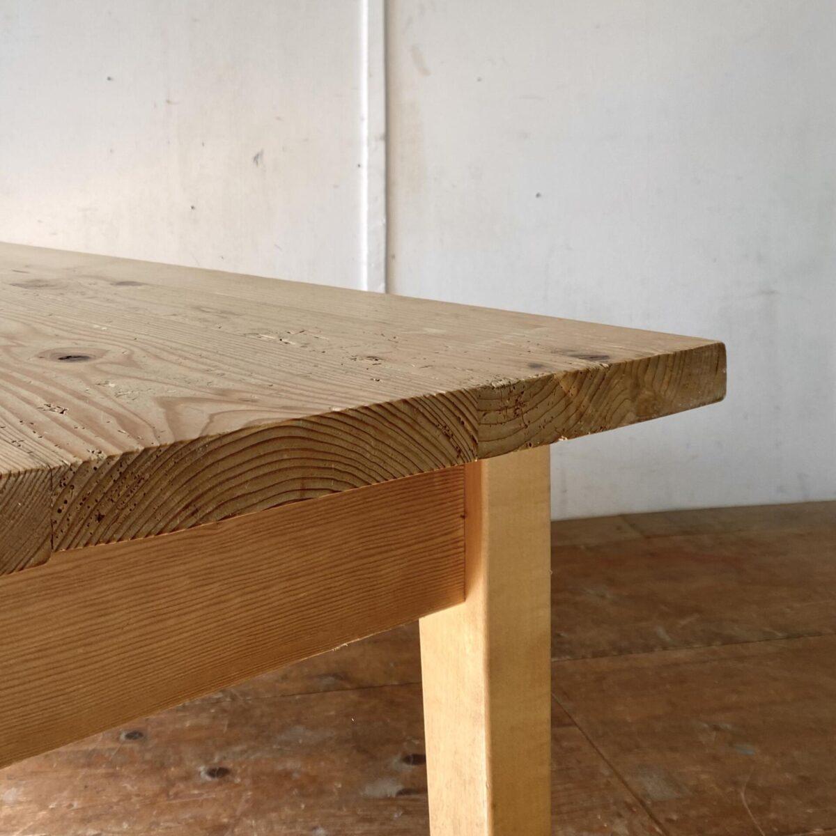 Deuxieme.shop Biedermeiertisch. Tannenholztisch mit Ahorn Tischbeine. 190x81cm Höhe 77cm. Der Tisch hat mehrere Wurmlöcher und Alterspatina. Technisch in stabilem guten Zustand. Es finden bis zu 8 Personen daran Platz.