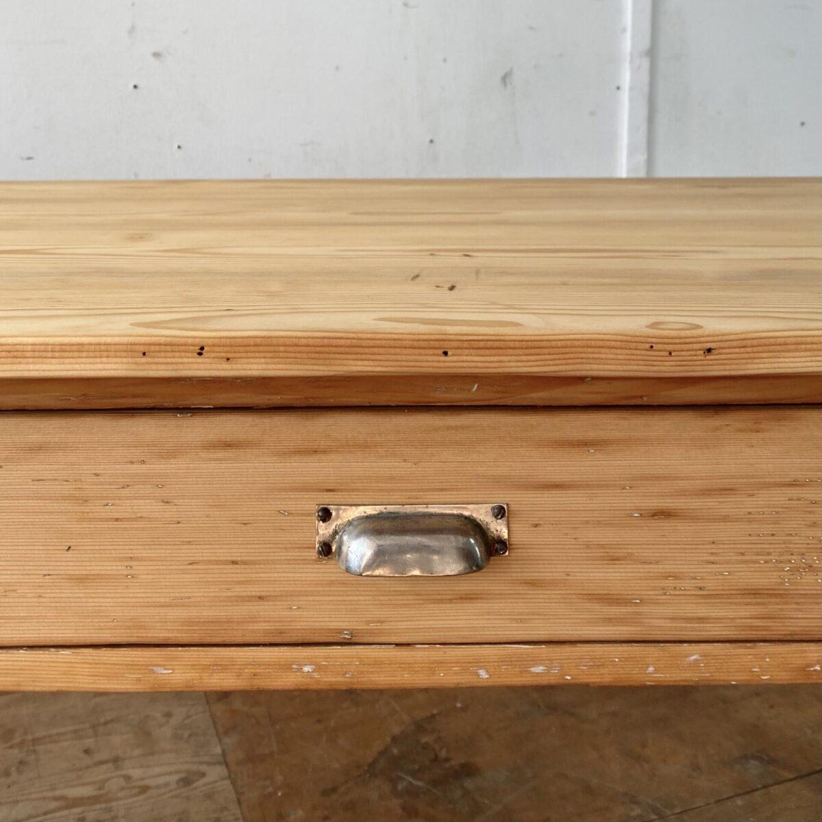 Deuxieme.shop alter Holztisch. Tannenholz Biedermeiertisch mit Schublade. 180x77.5cm Höhe 77cm. Der Tisch ist in stabilem Zustand, leichte Alterspatina und Gebrauchsspuren. Die Holzoberflächen sind mit Naturöl behandelt. Es finden bis zu 8 Personen daran Platz.