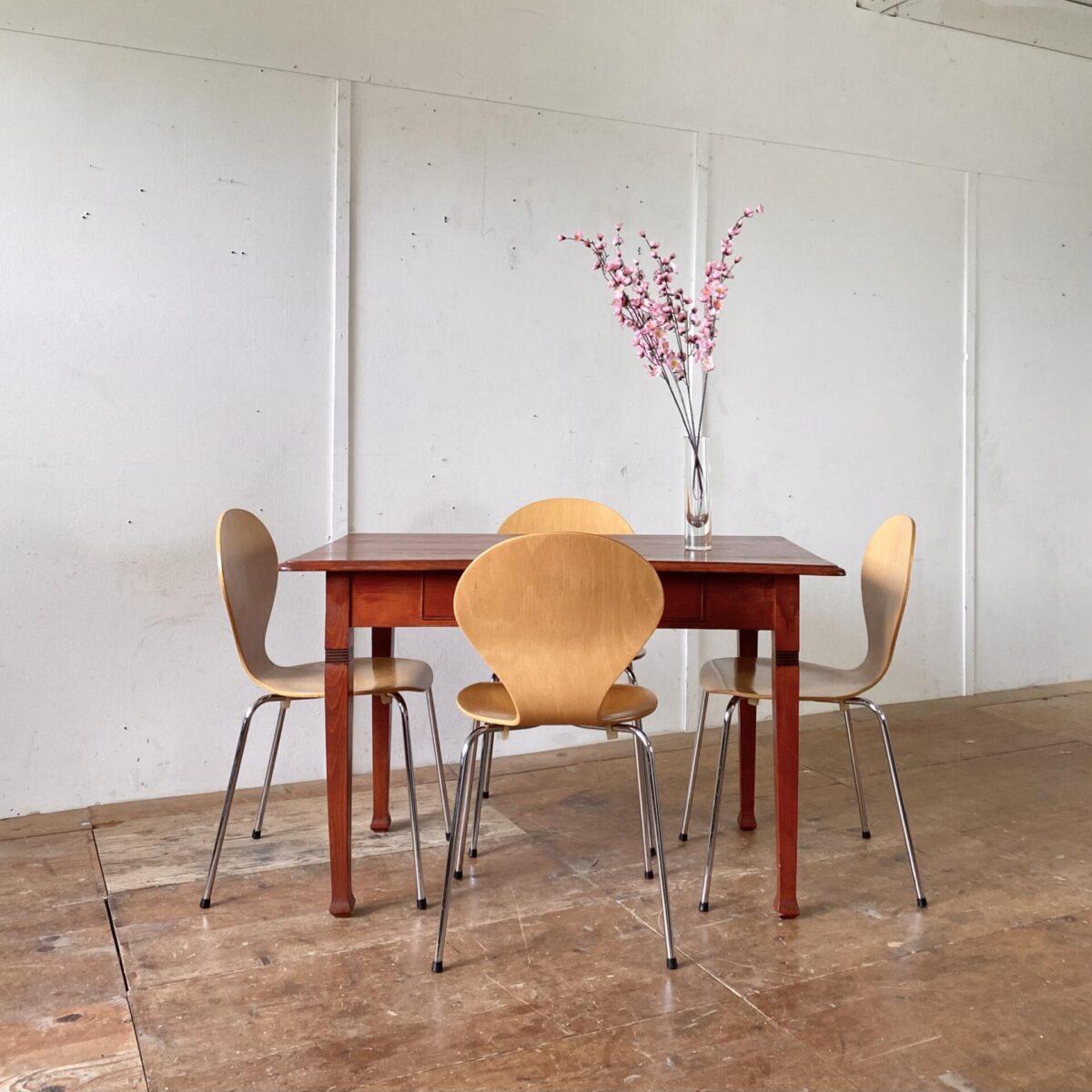 Deuxieme.shop. Buchenholz Schreibtisch mit Schublade aus Vollholz. 120x74cm Höhe 76cm. Der Tisch ist in stabilem Zustand, rotbraun gebeizt und lackiert. Die Stapelstühle sind ebenfalls verfügbar, 4er Set 120.- Von Danerka made in Dänemark.