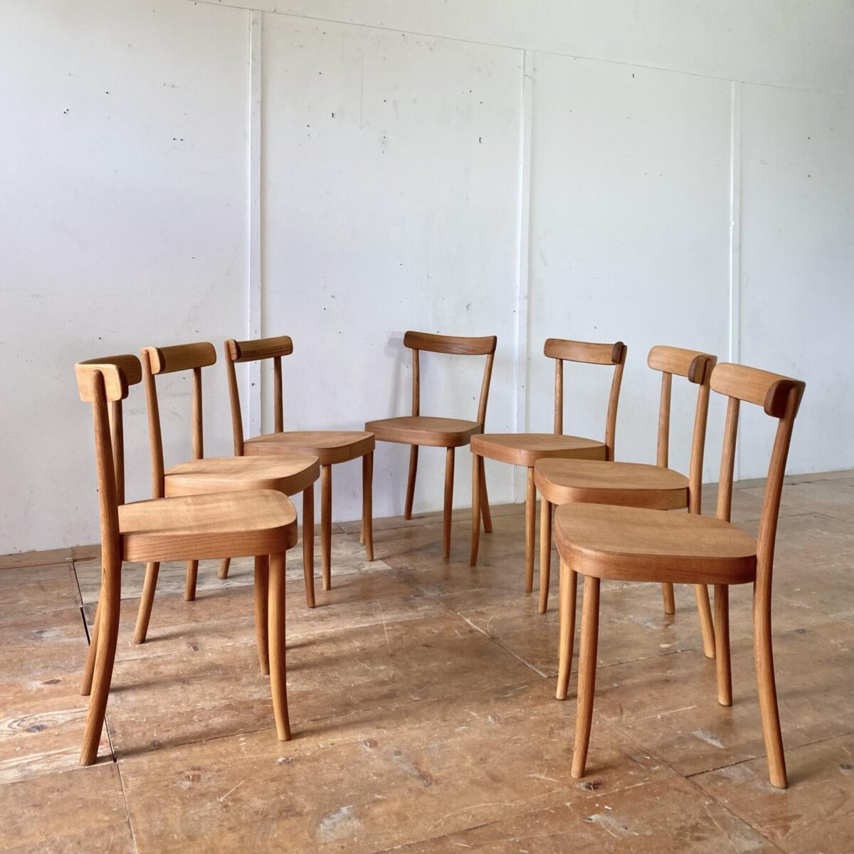 Deuxieme.shop swissdesign Max Moser. Horgenglarus Stühle von Max Moser in Ulmenholz Ausführung. Die Stühle sind restauriert, die alten defekten Sitzflächen mussten durch neue ersetzt werden. Die Holzoberflächen sind mit Naturöl behandelt. Die Stühle haben eine warme Ausstrahlung mit leichter Alterspatina. Bei zwei Stühlen wurde ein Hinterbein durchgehend verschraubt. Der Moser Stuhl 1-250 wird immer noch in Buchenholz produziert. Der Preis bezieht sich pro Stuhl, die zwei mit Holzzapfen im Hinterbein 500.- pro Stuhl.