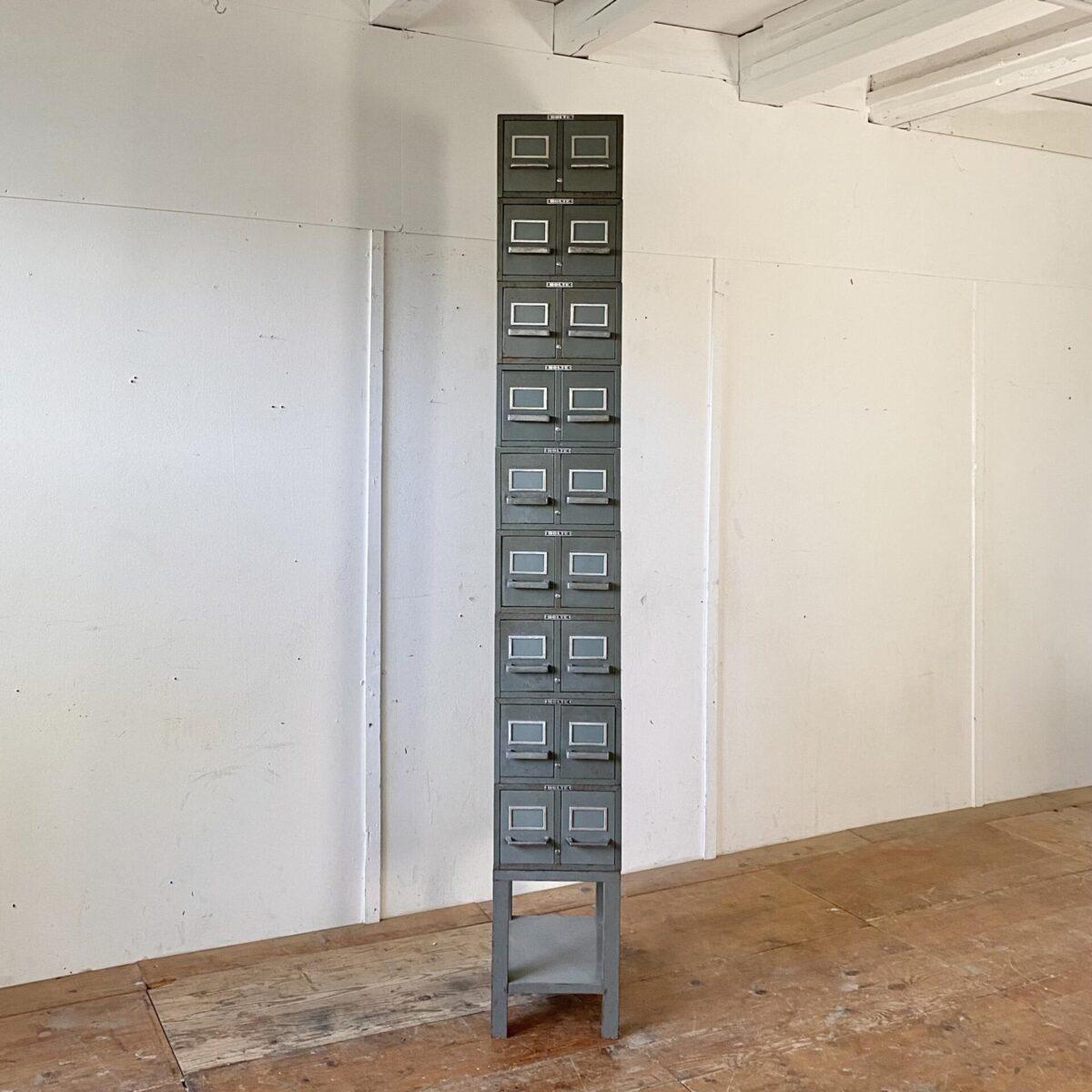 Deuxieme.shop Industrial design Schubladenmöbel. Bolte Industrie Schubladen Elemente aus Metall. 31x43cm Höhe 20.5cm. Die Höhe des Sockel Element ist 40cm. Das stapelbare System hält gut zusammen, hinten wird das abgekantete Blech eingehängt, und vorne verhindern die Scheiben das verrutschen. Die Schubladen, mit Etikettenrahmen, laufen gut. Insgesamt sind 12 Schubladenkorpusse vorhanden. Der Preis gilt für alle zusammen.