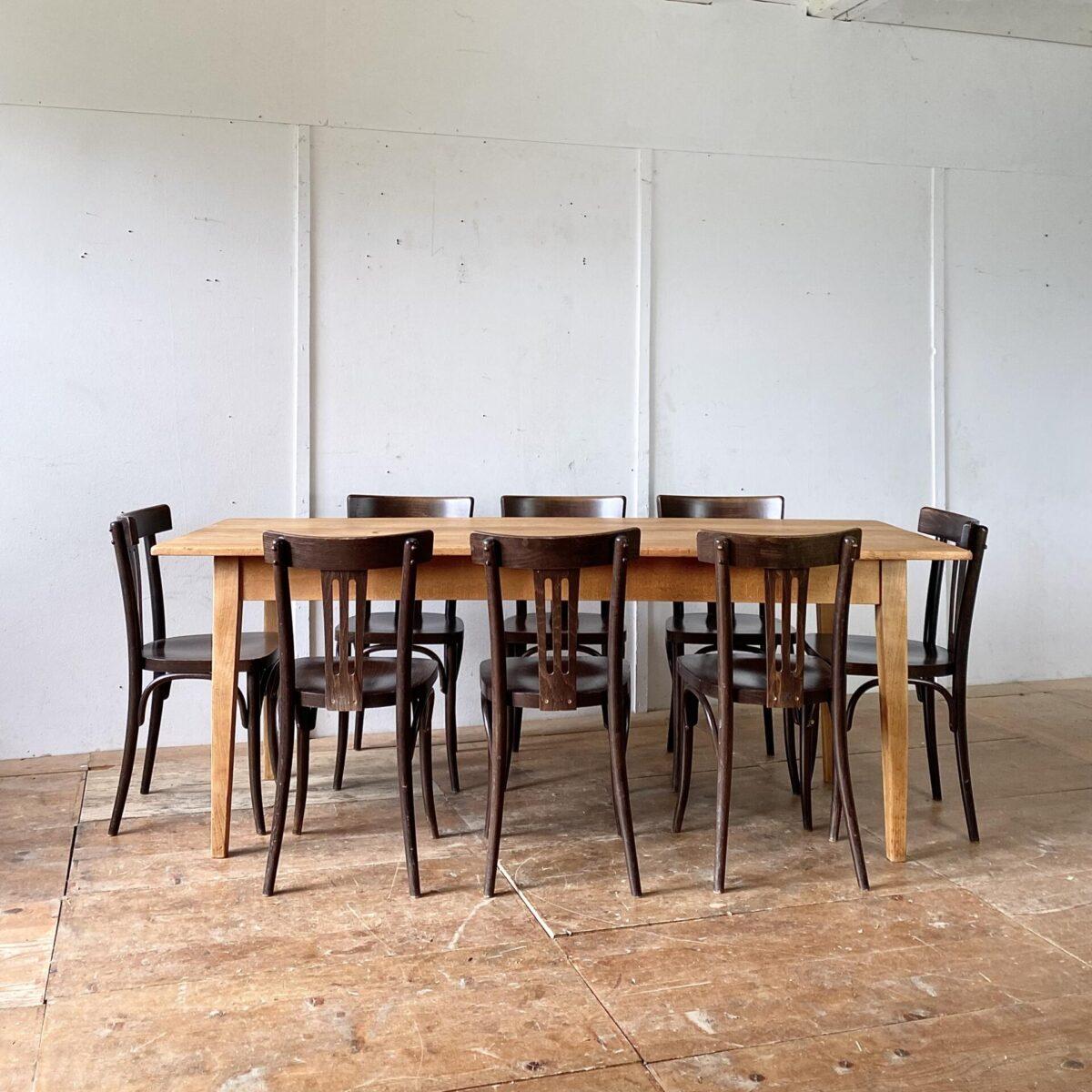 60 Bistrostühle aus Buchenholz dunkel gebeizt und lackiert. Preis pro Stuhl. Diese neueren Esszimmer Stühle sind in gebrauchtem aber funktionalen, stabilen Zustand. Diverse Abnutzungserscheinung, teilweise fehlen ein paar der runden Schrauben-Abdeckungen hinter der Rückenlehne.