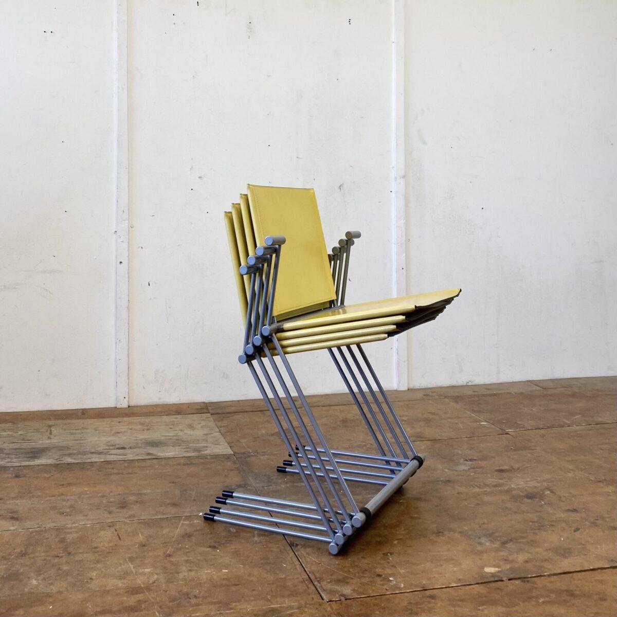 Deuxieme.shop 4er Set Matteo Grassi Stühle von Herbert Ohl, Modell Ballerina mit Armlehnen. Die Stühle sind Stapelbar, das Stahlgestell ist silbrig lackiert. Sitz und Lehne aus gelbem Kernleder. Guter Allgemein Zustand mit minimaler Patina.