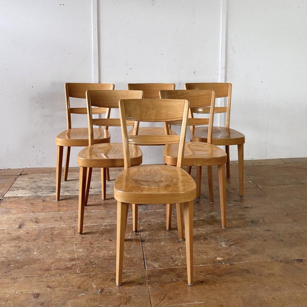 Deuxieme.shop 6er Set Beizenstühle aus Buchenholz. Die Stühle sind in gutem stabilen Zustand, technische Mängel sind restauriert. Ein Hersteller ist nicht ersichtlich, fast baugleich dem Horgenglarus Modell Lotus, die Stühle kommen aber eher aus einer anderen Schweizer Produktion.