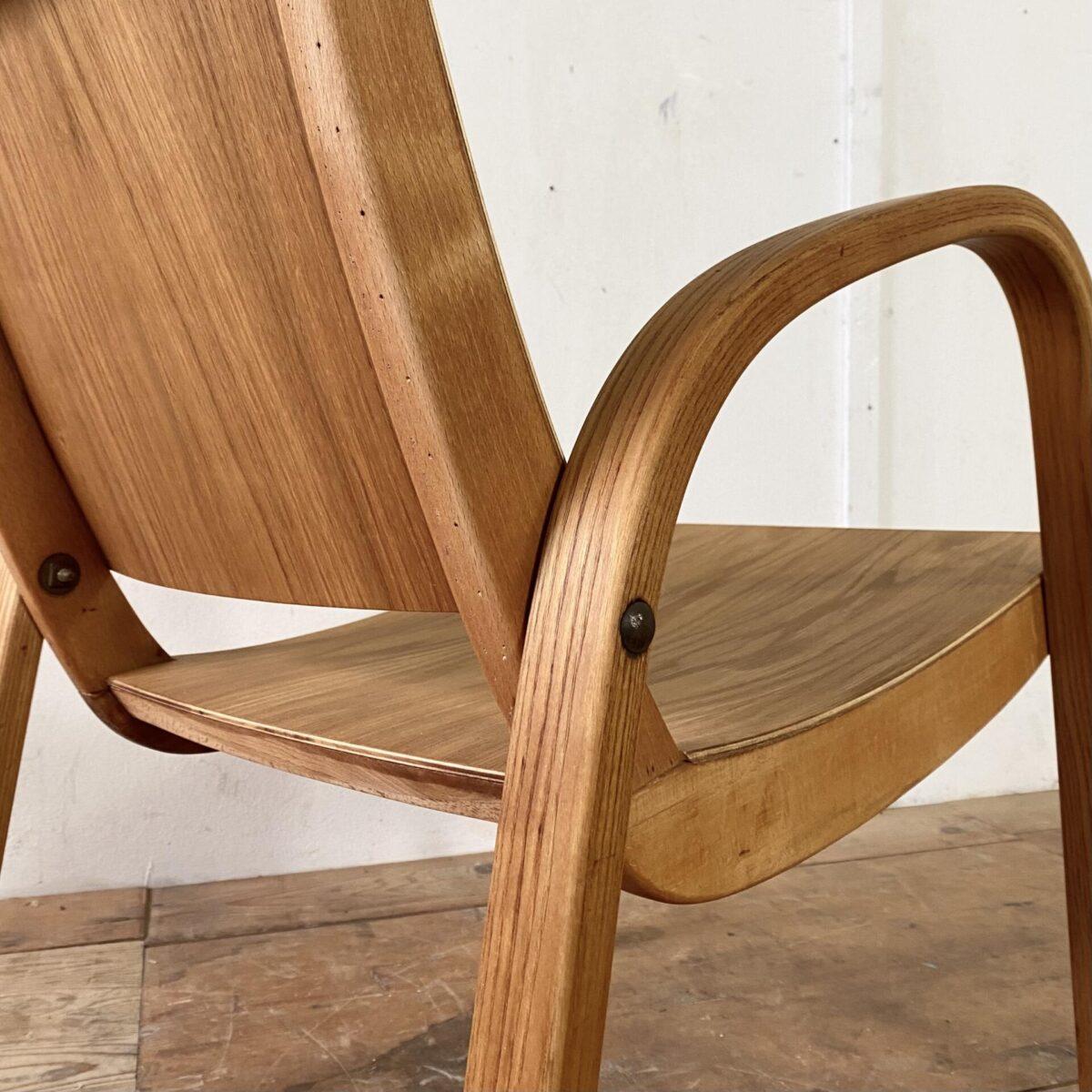 Deuxieme.shop Nicola Landert Sperrholz Sessel. Sessel mit Dampfgebogen Seitenteilen. Breite 54cm Tiefe 65cm Höhe 71cm Sitzhöhe 40cm. Dieser Sessel kam als verschlissener Polster Sessel zu uns, nach dem Auspacken haben wir das Gestell etwas in Form gebracht, und Sitzfläche und Lehne mit Eichen Sperrholz belegt. Die gebogenen Beine, inklusive Armlehnen, sind aus Esche Vollholz. Der Rest ist aus Buchenholz. Der Sessel kommt mit diversen kleinen Löchern und Alterspatina daher.