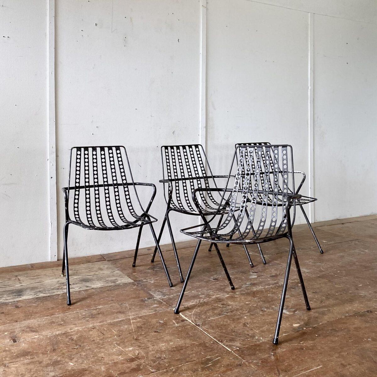 Vier Gartenstühle von Stella aus den 60er Jahren. Preis fürs Set. Die Gartenstühle sind schon ziemlich verbraucht, die Farbe ist abgewetzt, einer müsste an der Lehne geschweisst werden. Ansonsten sind die Stühle noch gut zum Sitzen.