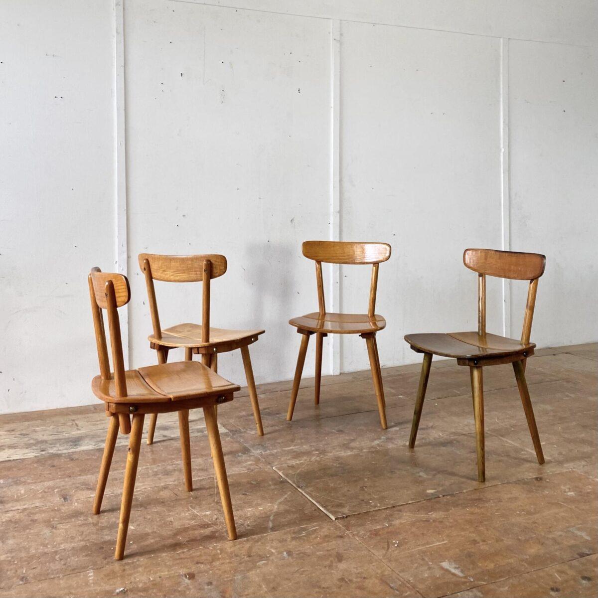 4er Set Jacob Müller Stühle, aus den 50er Jahren, von Wohnhilfe Zürich. Preis fürs Set. Die Stühle sind in stabilem Original Zustand, oben am Rücken ist der Lack etwas abgewetzt. Einer der Stühle ist etwas dunkler.
