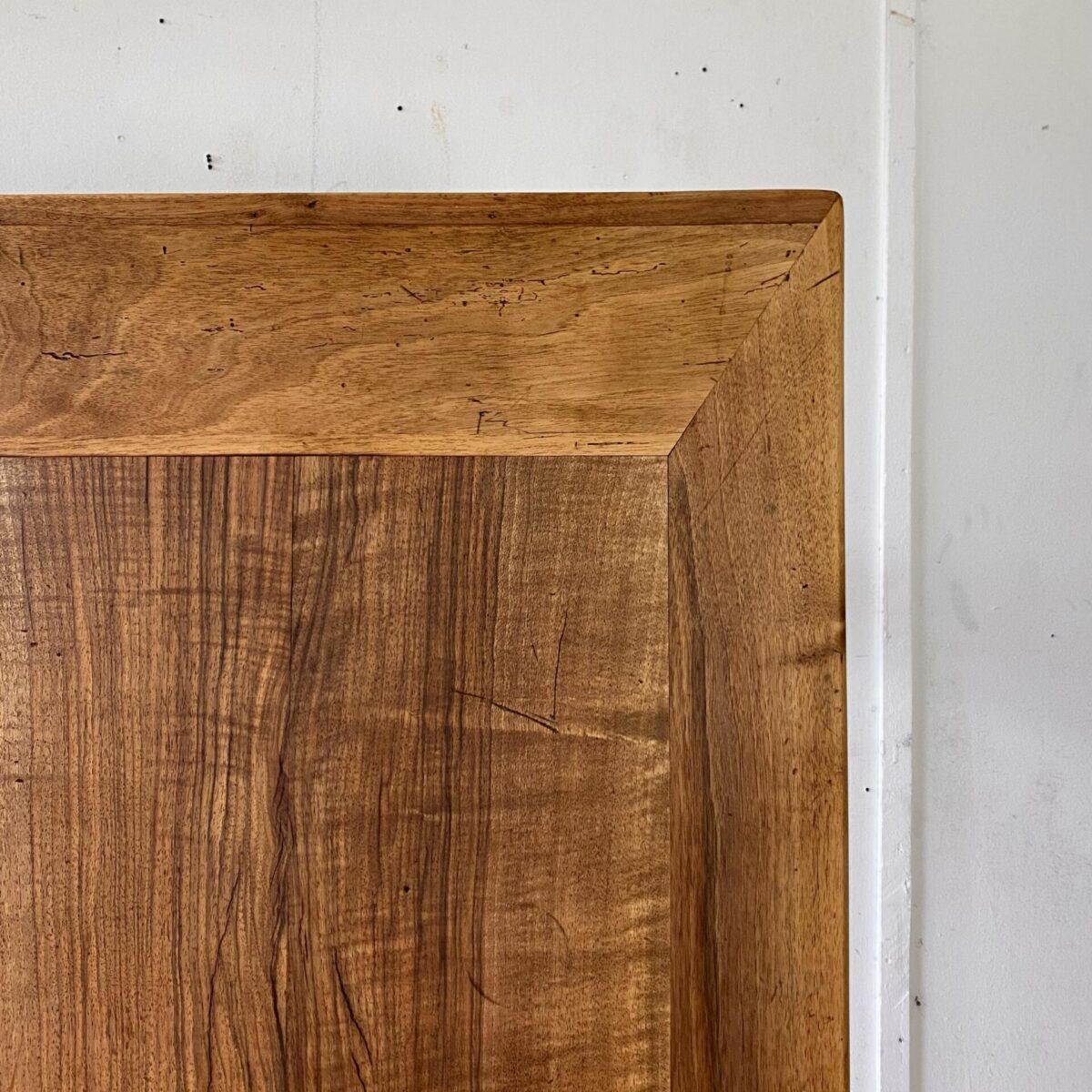 Deuxieme.shop Französischer Jugenstil Bistrotisch. Feingliedriger Nussbaum Beizentisch mit Gussfüssen. 148x67cm Höhe 74.5cm. Das Tischblatt ist aus Vollholz, mit diversen Gebrauchsspuren und Alterspatina. Technisch in gutem stabilen Zustand. Die Holzoberfläche ist mit Naturöl behandelt. Es finden bis zu 6 Personen daran Platz.
