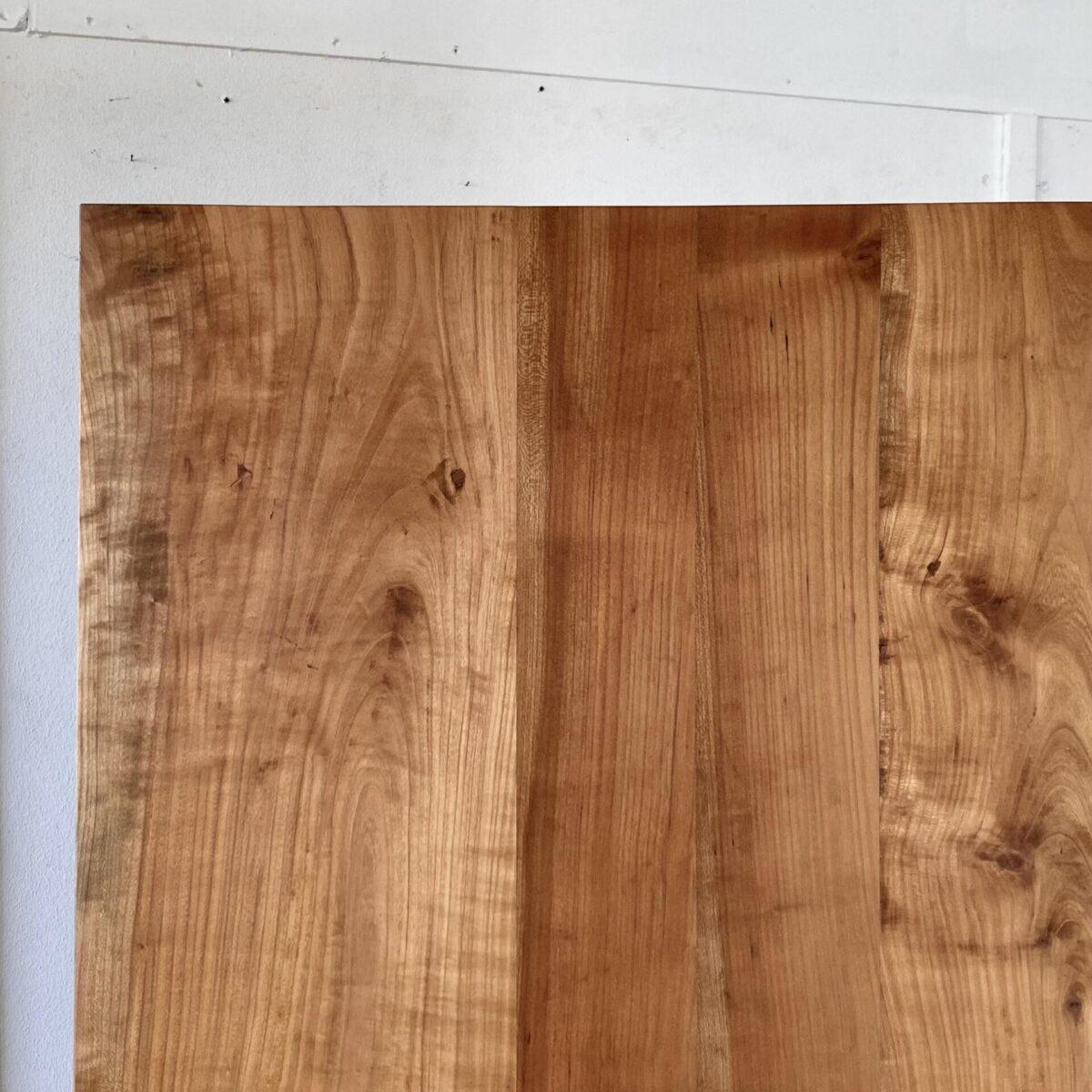 Deuxieme.shop Horgenglarus Kirschbaum Beizentisch. 175x72.5cm Höhe 75.5cm. Das Tischblatt ist etwas uneben, leicht geschüsselt, aber alles in stabilem Zustand. Die Holzoberfläche ist mit Naturöl behandelt. Die Gusseisenfüsse sind etwas abgewetzt, silbrig Rost rötliche Patina. An dem Tisch finden bis zu 8 Personen Platz.