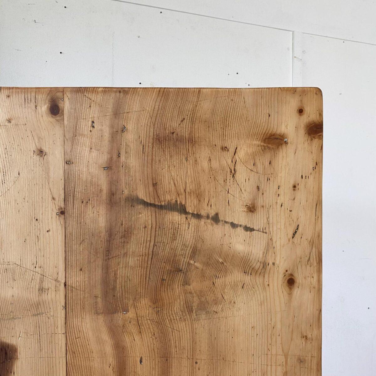 Deuxieme.shop biedermeiertisch alter Holztisch. Tannenholztisch mit gedrechselten Rundbeinen. 150x67cm Höhe 76cm. Der Tisch ist in stabilem Zustand, Gebrauchsspuren und Alterspatina. Das Tischblatt besteht aus zwei breiten Vollholz Brettern inklusive Bügeleisen Abdrücke. Holzoberfläche mit Naturöl behandelt. Die Tischbeine sind aus Buchenholz. Es finden 6 Personen daran Platz.