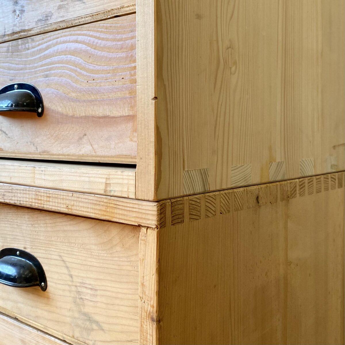 Deuxieme.shop Industrial Schubladenkorpus. Schubladen Elemente aus Tannenholz mit Muschelgriffen. 100x59.5cm Höhe 50cm. Preis pro Stück. Die Eckverbindungen der Schubladenmöbel sind Keilverzinkt, und allgemein recht robust gebaut. An den Ecken und Kanten sind die Möbel etwas Werkstatt mässig verbraucht, die Schubladen laufen gut.