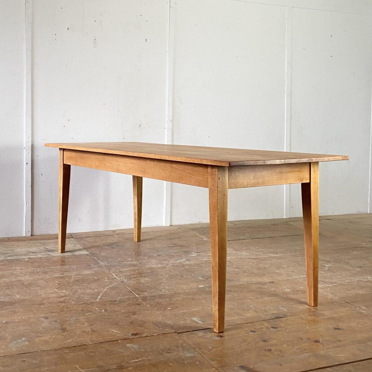 Deuxieme.shop alter Holztisch. Biedermeiertisch aus Buchenholz. 200x79cm Höhe 77cm. Der Tisch hat diverse Altersspuren wie Kratzer und Schrammen, in einer stirnseitigen Zarge ist ein Loch. Ansonsten in stabilem Zustand, die Holzoberflächen sind mit Naturöl behandelt. Es finden bis zu 8 Personen daran Platz. Das Loch in der Zarge kann nach Wunsch mit einem Holz Flickzapfen gefüllt werden.