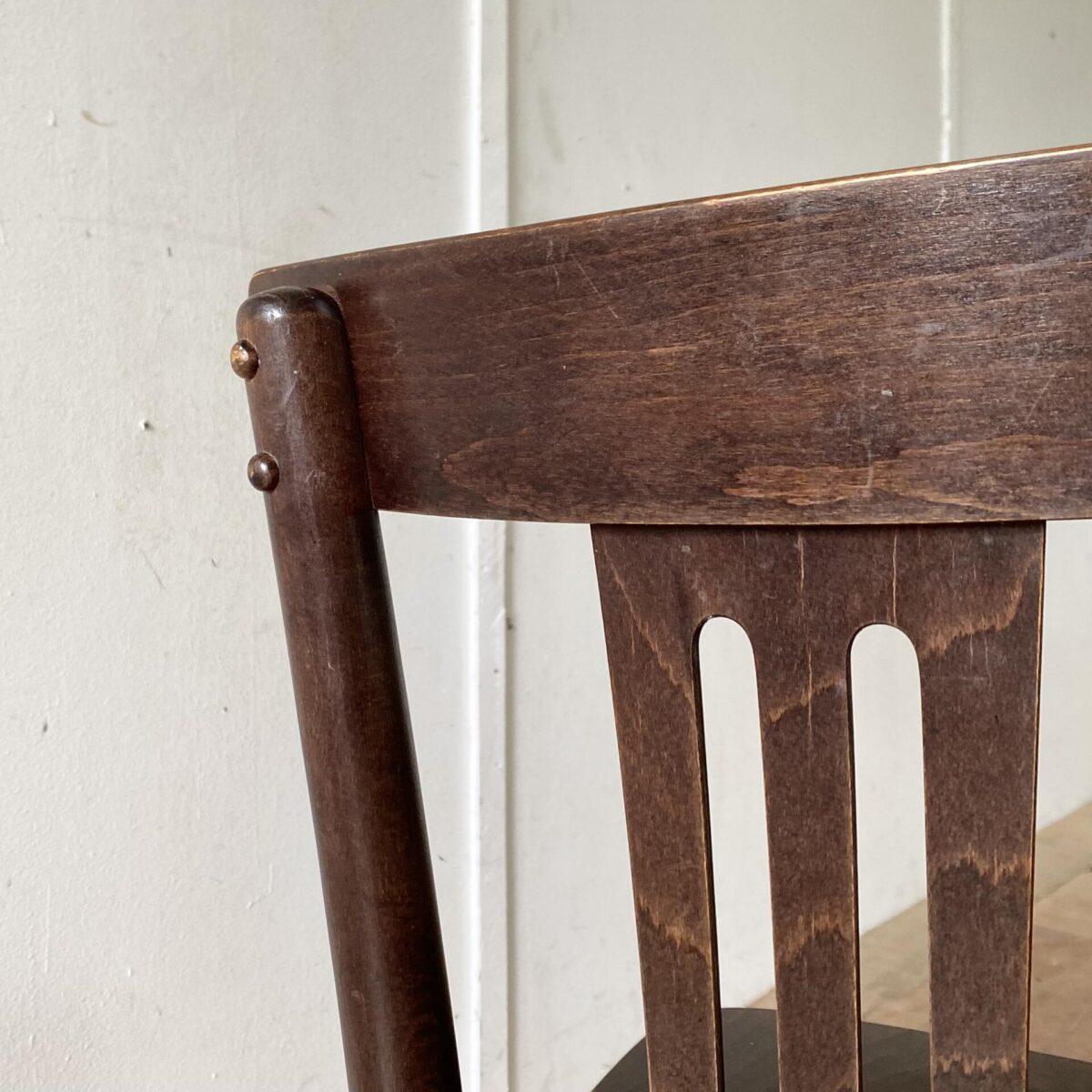 Deuxieme.shop Bugholz Stühle Restaurantstühle. 60 Bistrostühle aus Buchenholz dunkel gebeizt und lackiert. Preis pro Stuhl. Diese neueren Esszimmer Stühle sind in gebrauchtem aber funktionalen, stabilen Zustand. Diverse Abnutzungserscheinung, teilweise fehlen ein paar der runden Schrauben-Abdeckungen hinter der Rückenlehne.