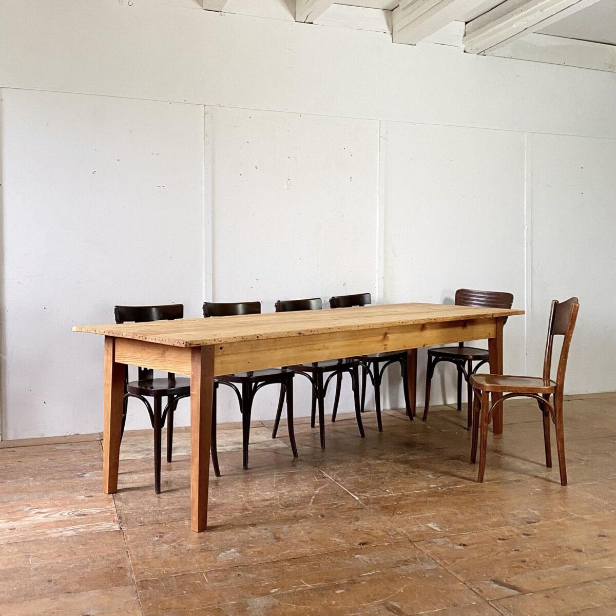 Deuxieme.shop alter Holztisch Beizentisch. Biedermeiertisch aus Tanne. 254x85.5cm Höhe 75cm. Der Tisch ist in überarbeiteten stabilem Zustand, Holzoberflächen sind mit Naturöl behandelt. Diverse Gebrauchsspuren und Alterspatina. Die Tischbeine sind aus Birnbaum Holz. An dem Esstisch finden bis zu 10 Personen Platz.