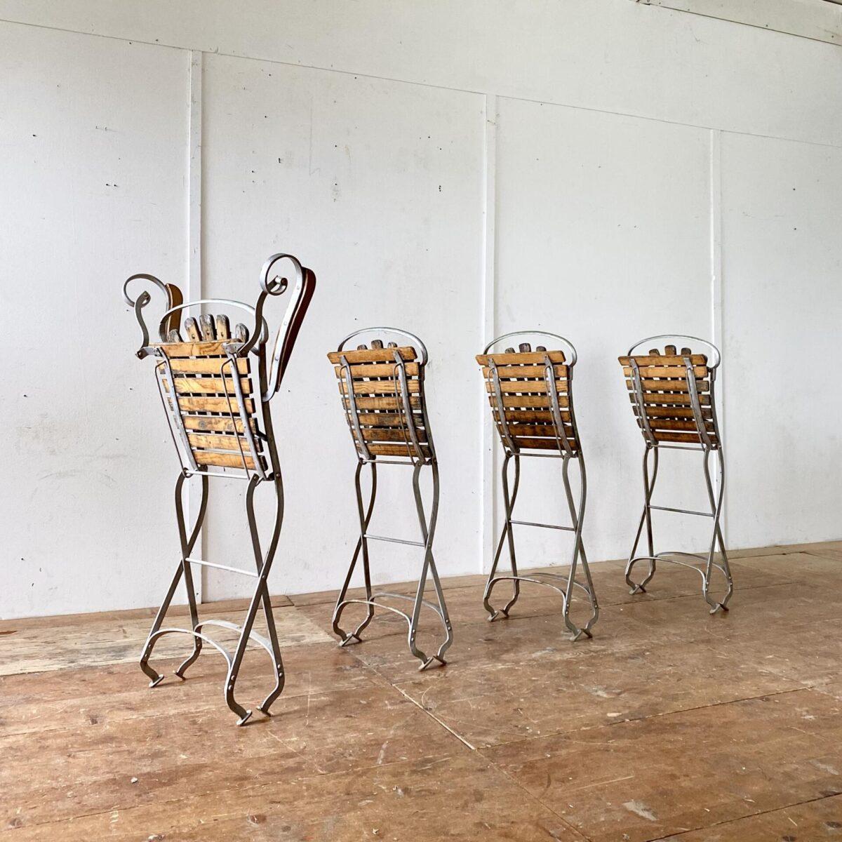 Deuxieme.shop Antike Jugendstil Gartenstühle. 4 Metall Gartenstühle klappbar. Preis fürs Set. Verspielte Schnörklige Jugendstil Formen, hochwertig Verarbeitet. Der Lack ist etwas blättrig oder schon ganz weg. Die Holzlatten sind zwar grau und etwas verwittert, jedoch noch in gesundem Zustand ohne morsche oder weiche Stellen.