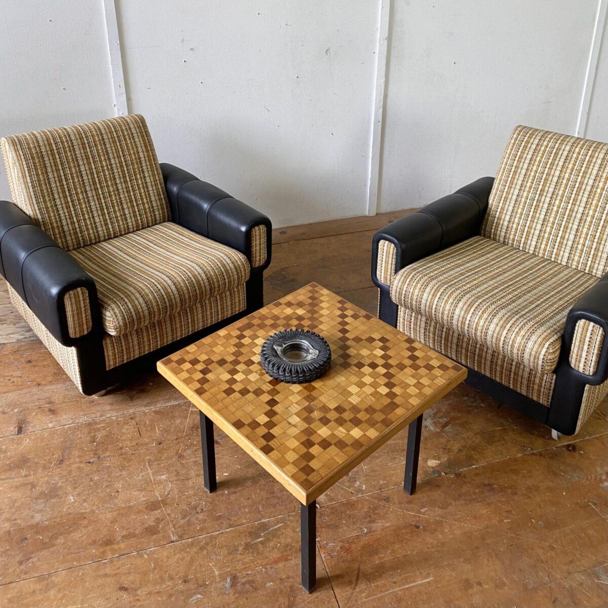 Deuxieme.shop vintage Sessel Zwei Polster Sessel mit Rollen aus den 60er Jahren. 82x82cm Höhe 73cm Sitzhöhe 38cm Preis pro Stück. Die Sessel sind in gutem sauberen Zustand. Braun-beige gemusterter Wollstoff, die Seitenteile sind Kunstleder. Der Kleine salontisch ist ebenfalls verfügbar 55x55cm Höhe 42cm. 90.-