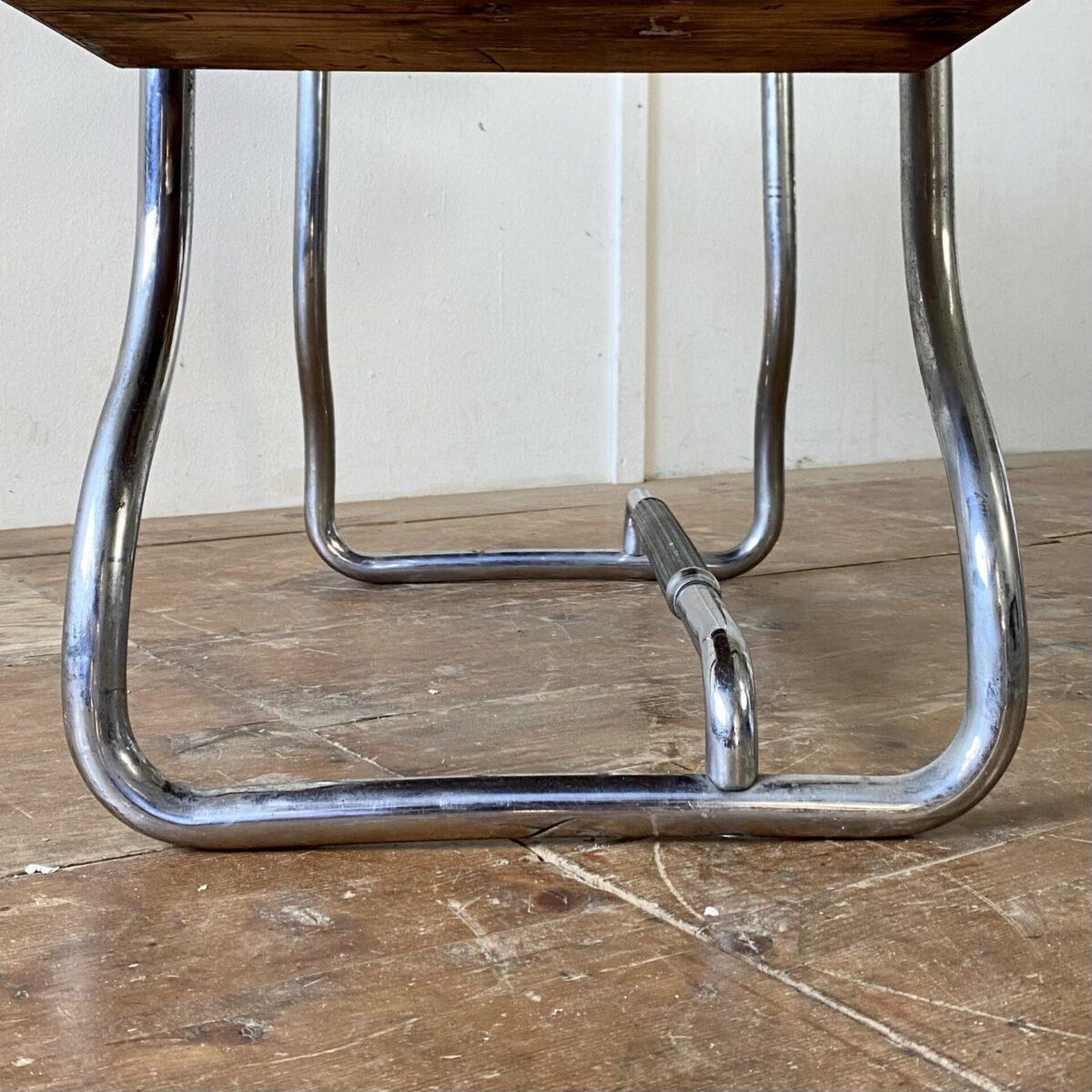 Deuxieme.shop Bauhaus Schreibtisch. Kleiner Schreibtisch aus Eichenholz mit Schubladen, auf gebogenem Stahlrohr Gestell. 127.5x47cm Höhe 71.5cm. Das Tischblatt ist aus Eiche Vollholz, die klappbare Seitenablage ist furniert. Die rechte rote Ablage ist aus Linoleum. Das verchromte Metallgestell hat etwas Flugrost und Patina.